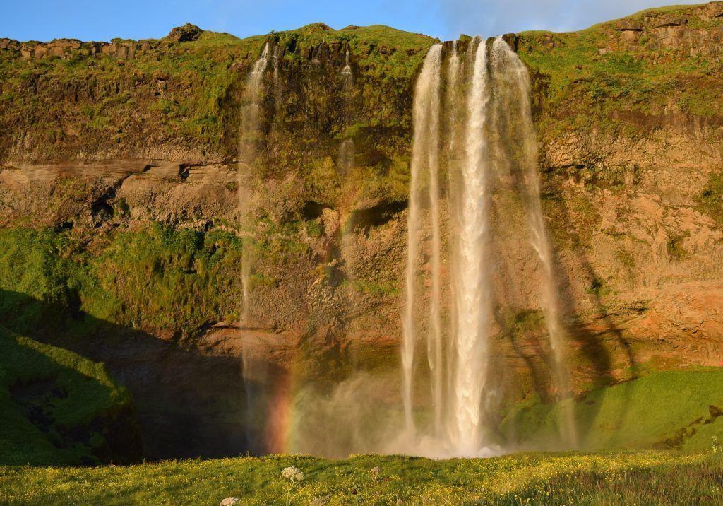 Cascada y arco iris en Islandia