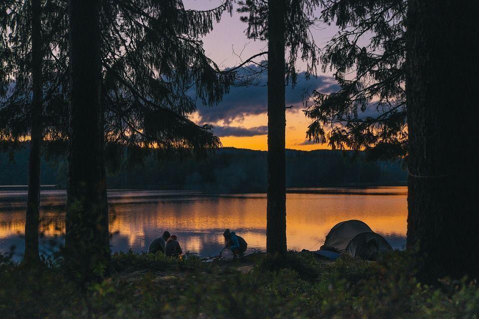 Tienda de campaña en el lago