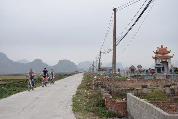 Bicis y cementerio en Vietnam