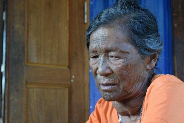 Anciana de rostro tatuado