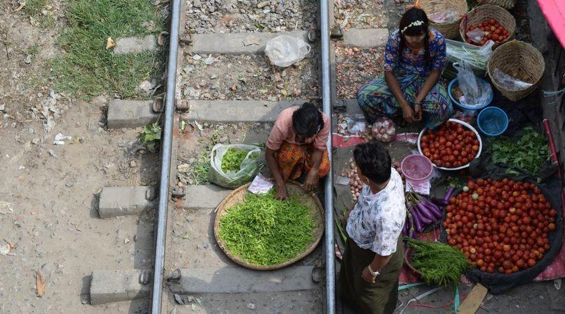 Mercado improvisado en Myanmar
