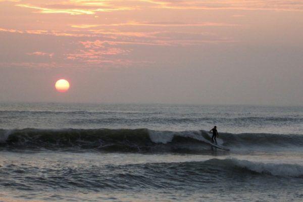 Surfear en Pacasmayo, las mejores olas de Perú