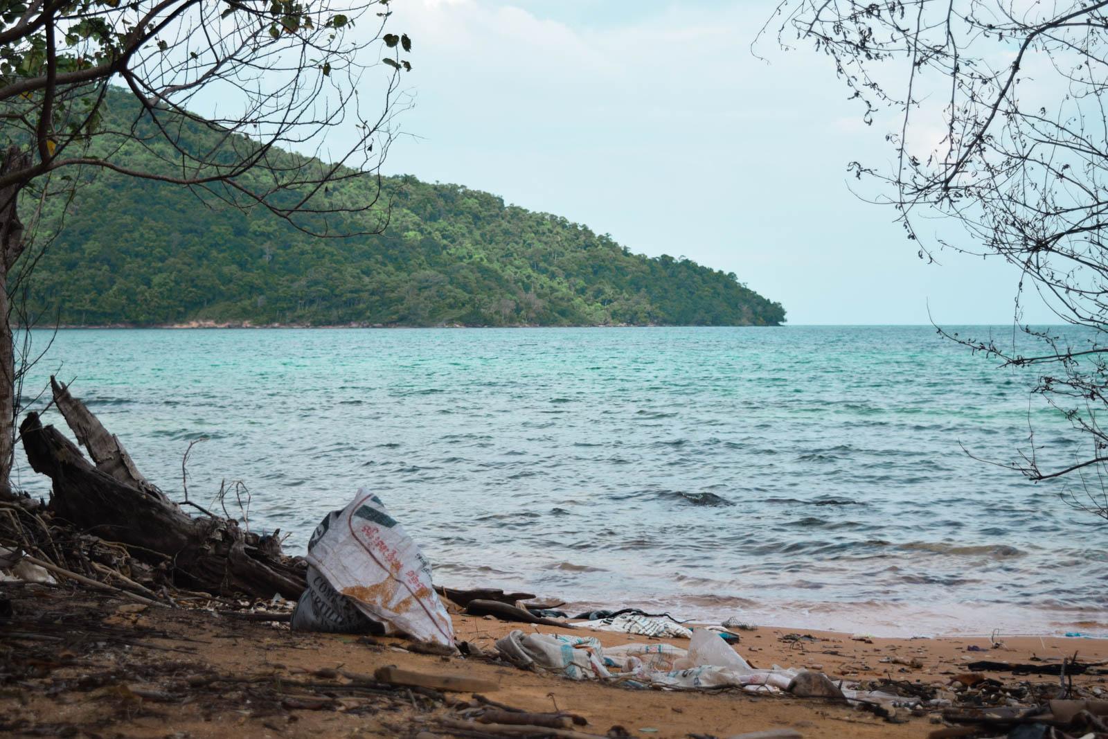 Playa con basura - Camboya