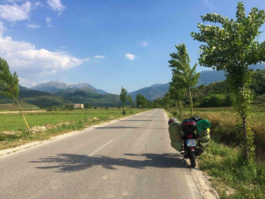 Carretera de Albania - Equipaje en un viaje en moto