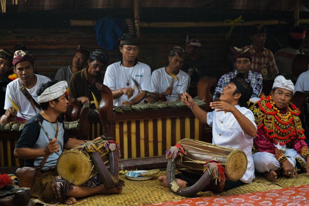 Gamelán tocando en un ritual balinés
